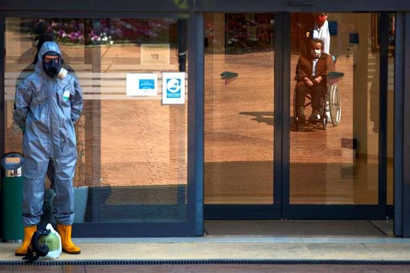 Imagen del acceso a una residencia de ancianos, en una imagen reciente. EFE/Alejandro García