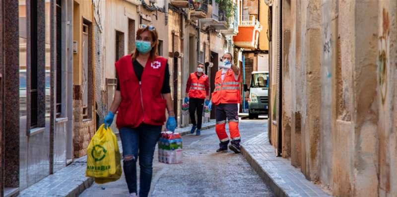 Voluntarios de Cruz Roja desempeñando tareas de solidaridad. / EPDA