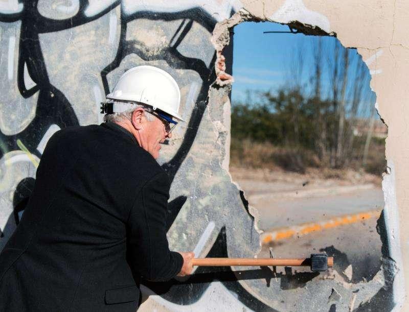 El alcalde de València, Joan Ribó, derriba parte del muro que marcaba el límite del puerto, en una imagen del mes de enero.  EFE