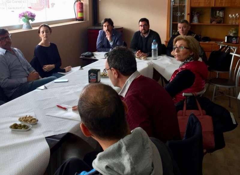 El alcalde y concejales de Canet con los empresarios del polígono del municipio. EPDA