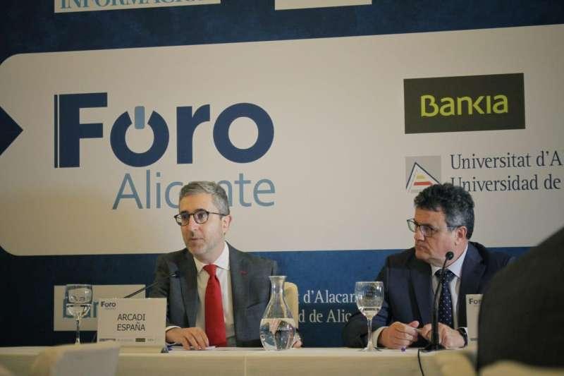 El conseller de Política Territorial, Obras Públicas y Movilidad, Arcadi España, en su intervención en el Foro Alicante. EPDA