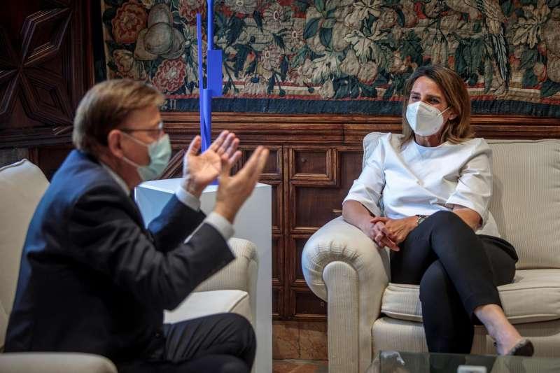 Imagen de archivo del president de la Generalitat, Ximo Puig (i), durante una reciente reunión con la vicepresidenta cuarta del Gobierno y ministra para la Transición Ecológica y el Reto Demográfico, Teresa Ribera. EFE/Biel Aliño