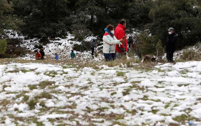 Nieve en el interior de Alicante este viernes. EFE