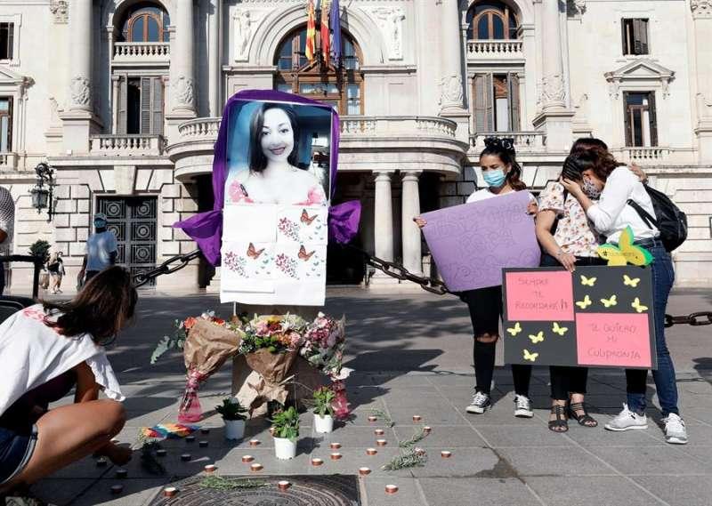 Amigos de Yésica Daniela, de origen uruguayo,y encontrada muerta en el maletero de un coche en el barrio valenciano de Patraix la última semana de agosto , se han concentrado hoy en la Plaza del Ayuntamiento de València para exigir