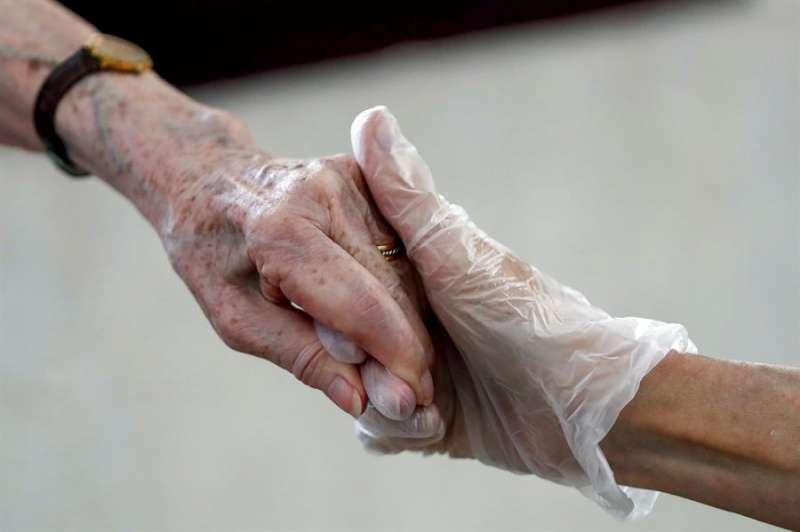 Una anciana residente recibe la visita de su hija. EFE/Mariscal/Archivo