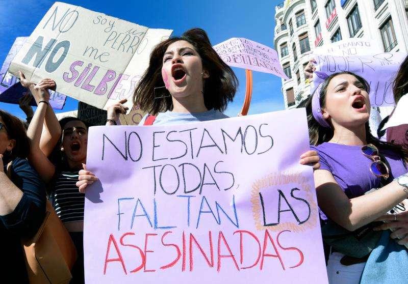 Miles de estudiantes se han manifestado por el centro de València en el Día de la Mujer.EFE