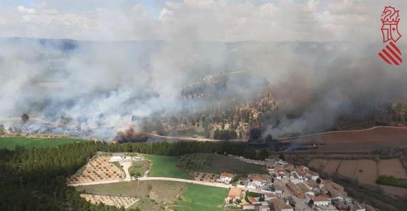 Imagen del incendio cedida por el Centro de Coordinación de Emergencias de la Generalitat. EFE