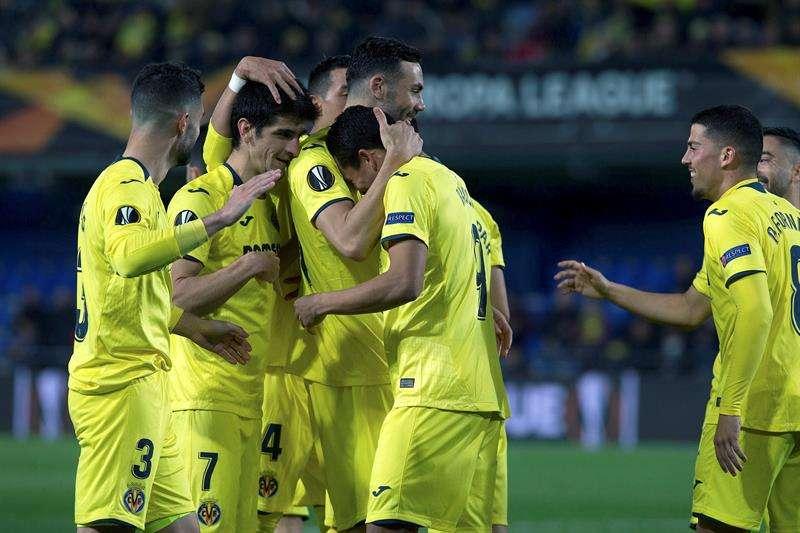 El delantero colombiano del Villarreal Carlos Bacca celebra con sus compañeros, su gol ante el Zenit de San Petersburgo, EFE