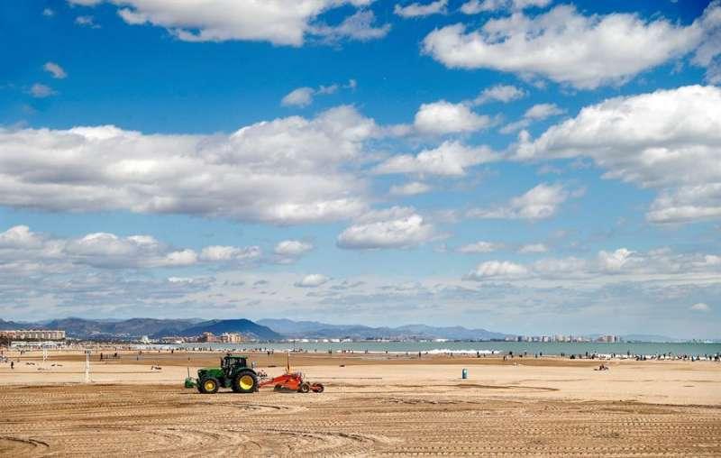 Operarios y maquinaria trabajan en las playas de La Malvarrosa y Las Arenas de València. - EFE