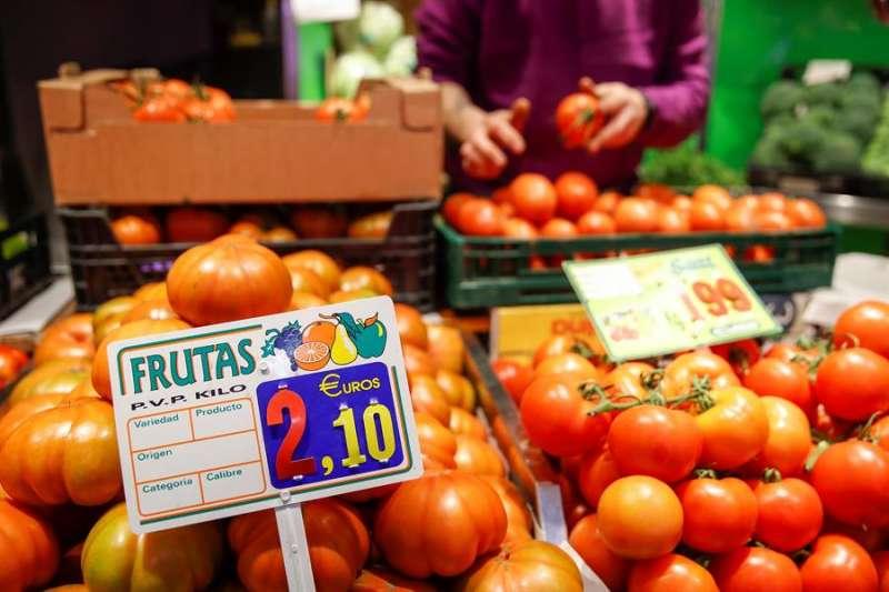 Precio de los tomates en un puesto de un mercado. EFE/Juan Carlos Hidalgo/Archivo