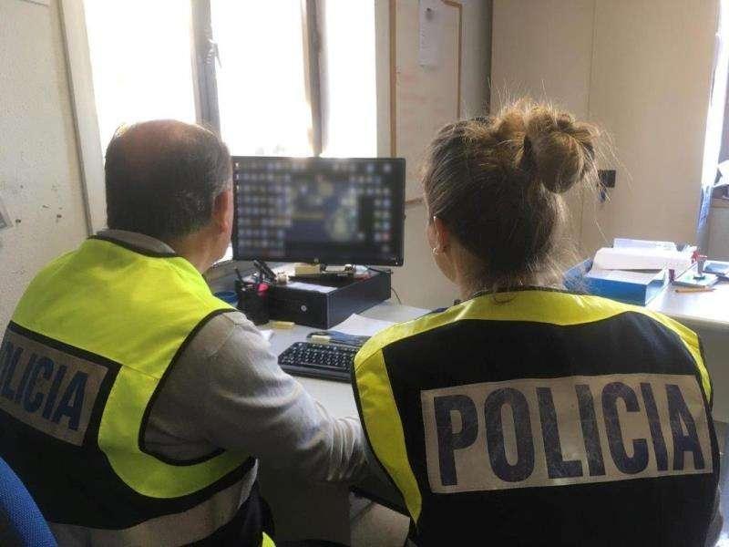 Agentes de la Policía Nacional que participaron en la investigación. EFE