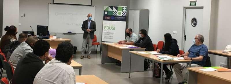 Ángel Lorente, concejal de Empleo, dirigiéndose a los estudiantes. EPDA