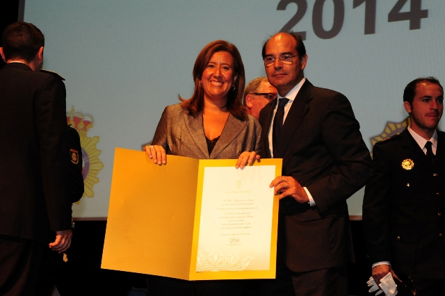 El diputado Pérez recoge el diploma de manos de la alcaldesa de Denia. FOTO: DIVAL