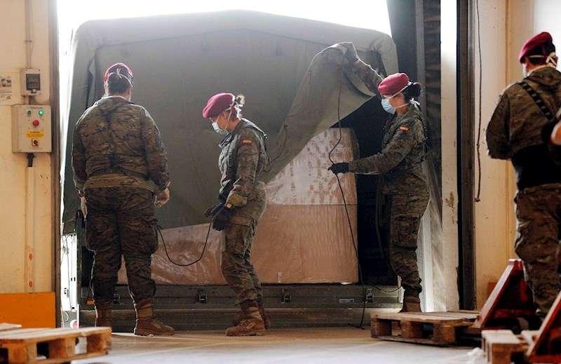 Varios soldados trabajan en el traslado y almacenamiento de 386 camas geriátricas para proceder a su posterior distribución según las necesidades. EFE