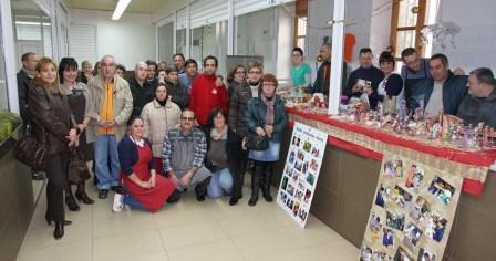 Foto de familia de usuarios del Francisco Esteve, dirección, vendedores y teniente alcalde de Política Territorial y Vertebración. FOTO: EPDA.