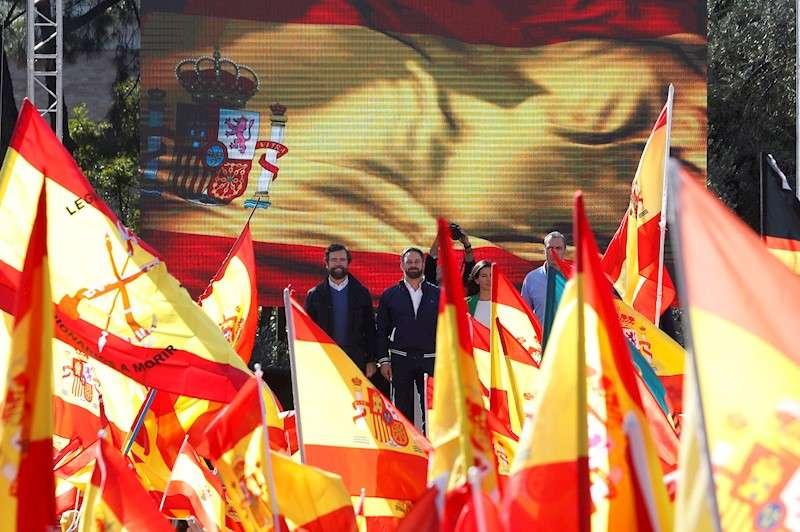 El presidente de Vox, Santiago Abascal (2i), acompañado por los dirigentes del partido Iván Espinosa de los Monteros (i) y Rocío Monasterio (3i), este sábado durante la concentración que la formación ha convocado en la Plaza de Colón de Madrid para defender la
