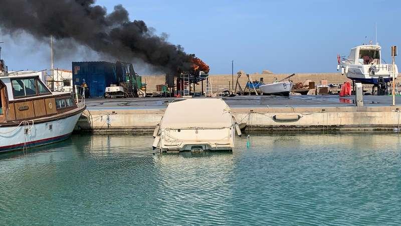 Incendio de la embarcación dentro del Club Náutico de Canet d