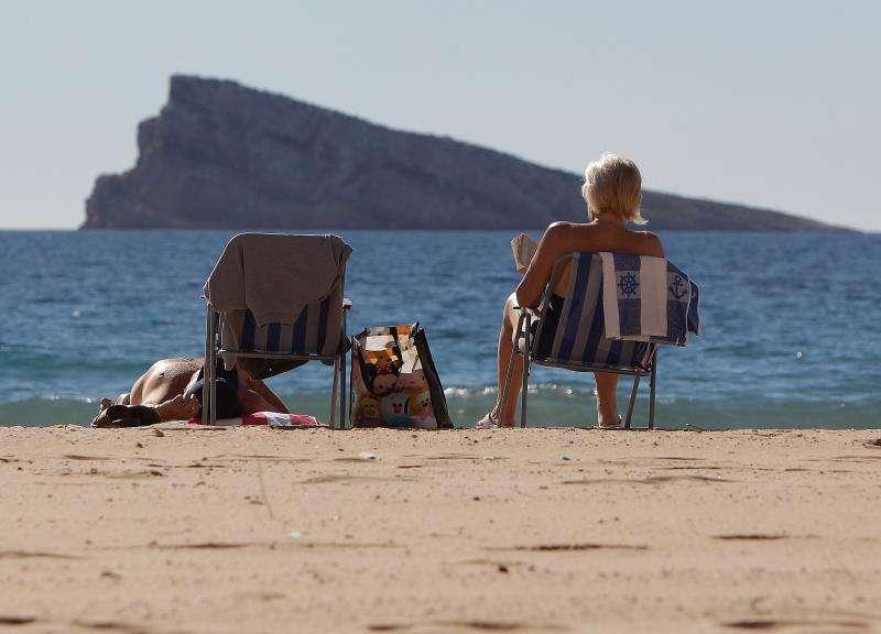 Turistas disfrutan del sol y de la playa de Benidorm. EFE