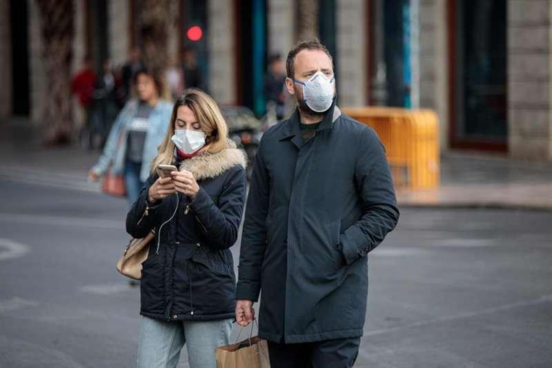 Dos personas pasean por una céntrica calle de València. EFE/Biel Aliño/Archivo
