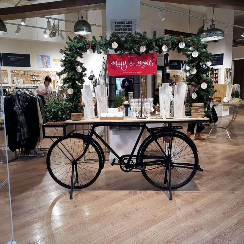 Bicicleta en una tienda de Valencia. B. BUENO