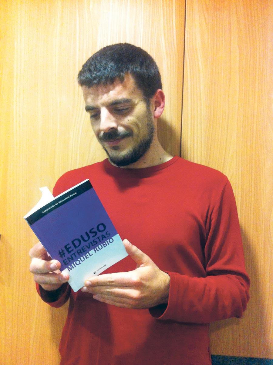 Miquel Rubio amb el seu primer llibre. FOTO EPDA