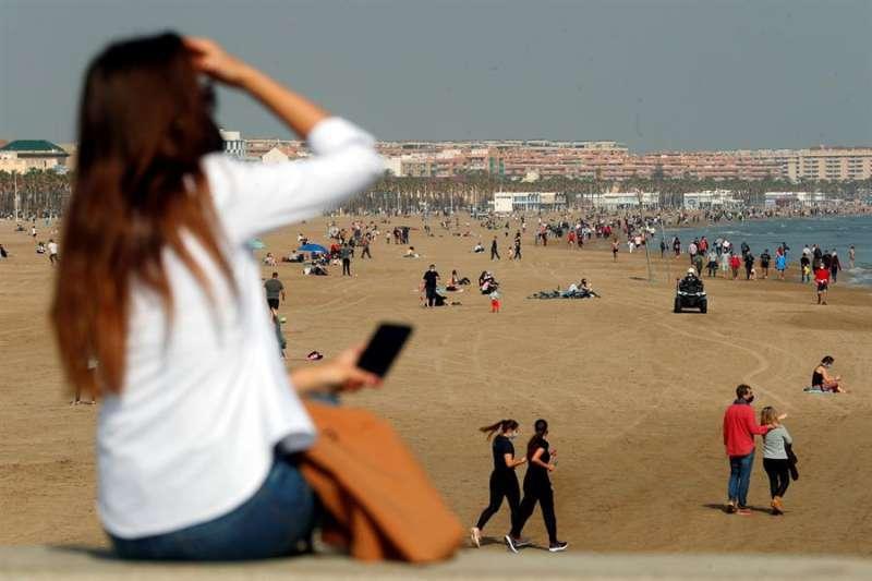 Vista general de la playa de la Malvarrosa en un día de buen tiempo. EFE
