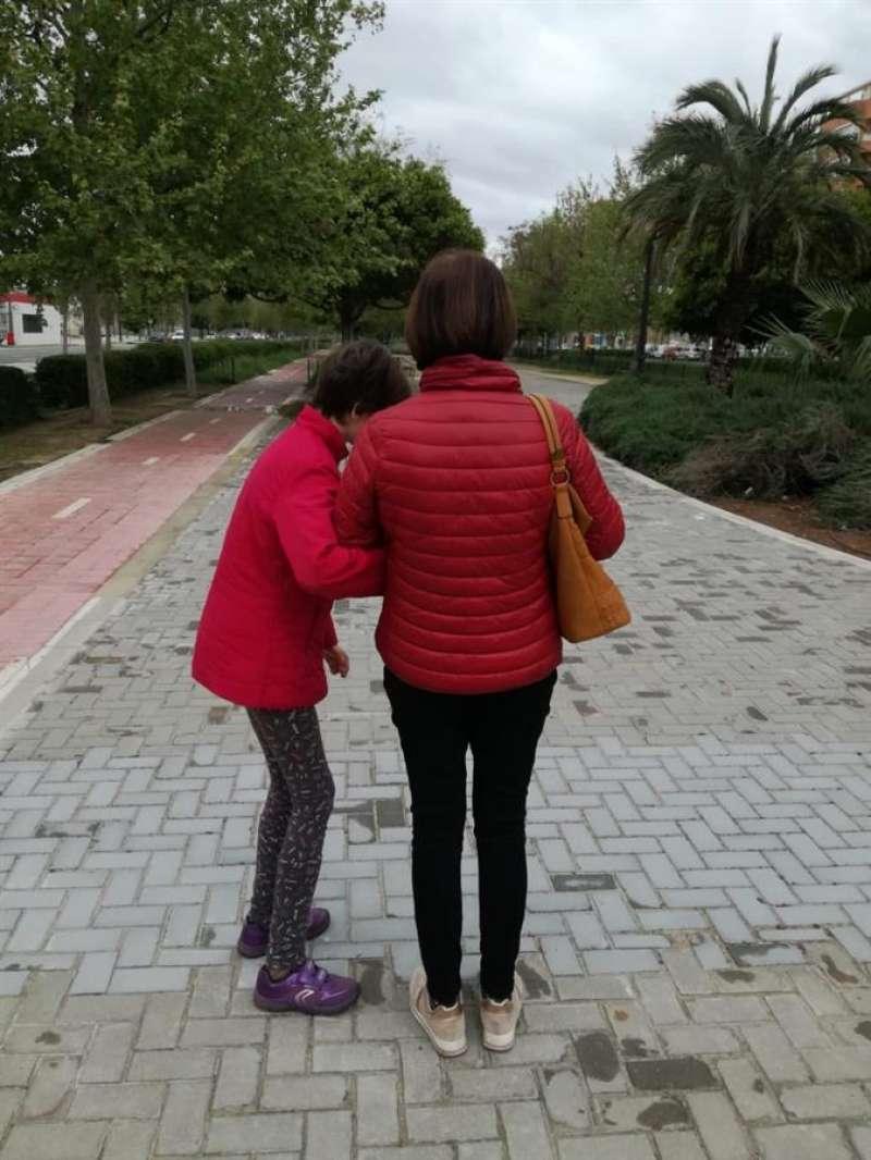 Para Carla, de 19 años y afectada por un autismo severo, salir a la calle es vital para rebajar su ansiedad