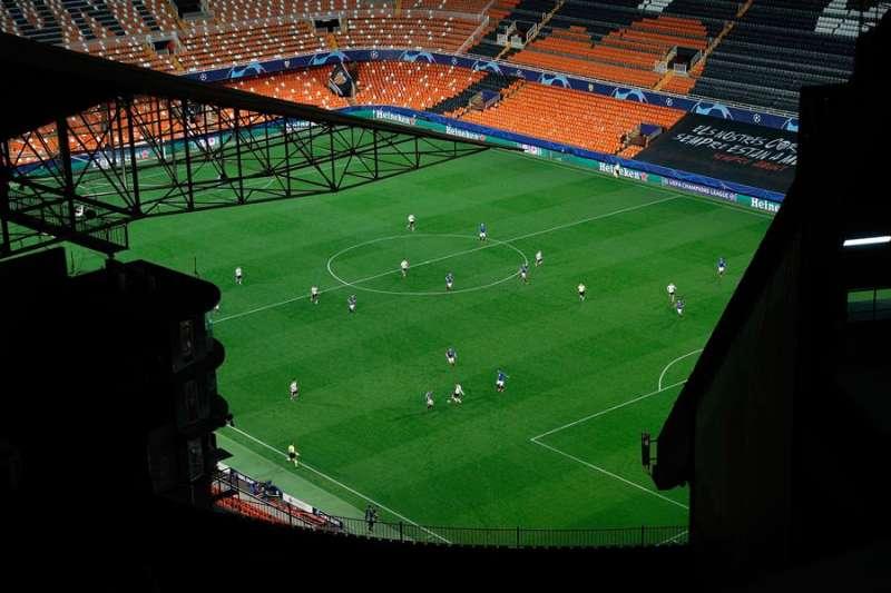 Imagen del encuentro de Liga de Campeones entre el Valencia CF y el Atalanta italiano, último que albergó Mestalla aunque a puerta cerrada. EFE/Archivo