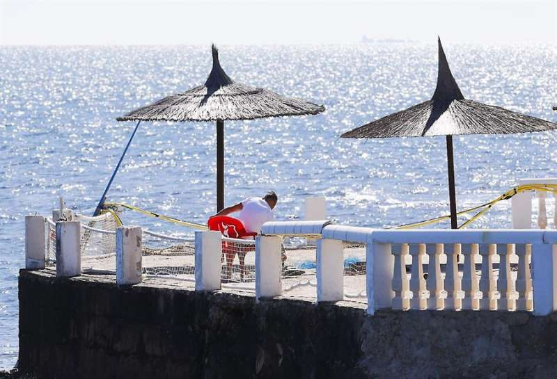 Una persona realiza labores de mantenimiento en una terraza en primera linea de playa en Dénia cuando desde ayer se conoce la propuesta de desescalada del Gobierno para el sector. EFE