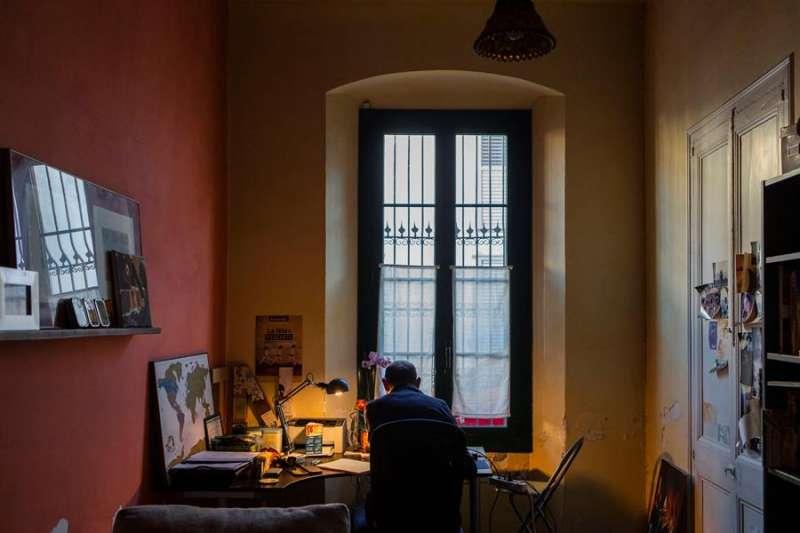 Antoni, empleado de banca que habitualmente trabaja en la oficina, realiza estos días su actividad profesional desde su domicilio. EFE