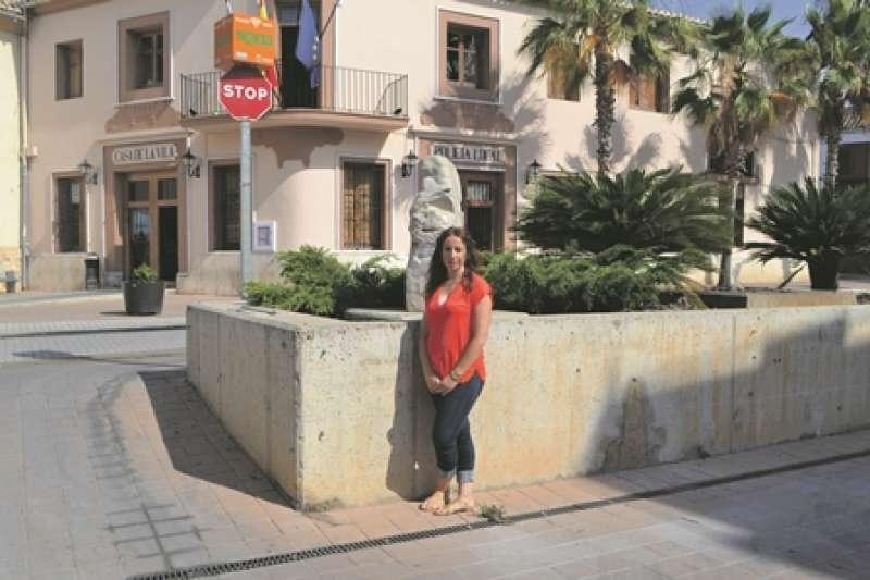 La alcaldesa de Museros, Cristina Civera,  frente al Consistorio. EPDA