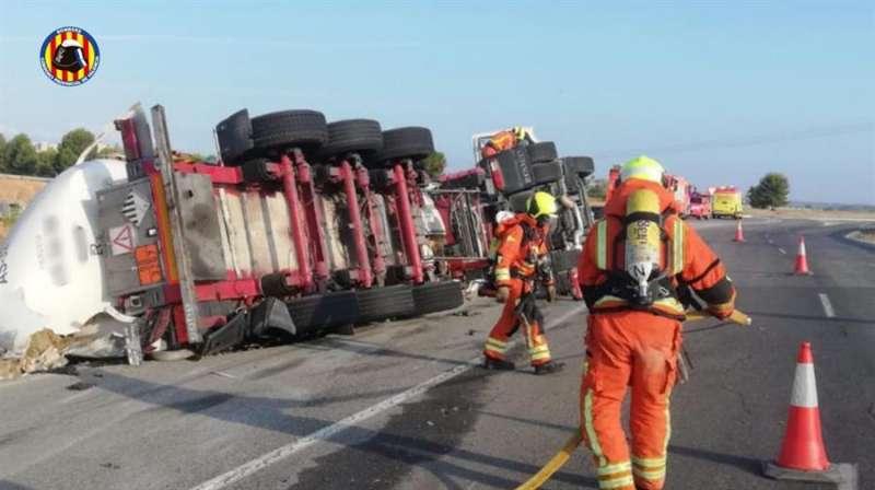 Momento de la asistencia tras el accidente, en una imagen facilitada por el Consorcio de Bomberos de Valencia.