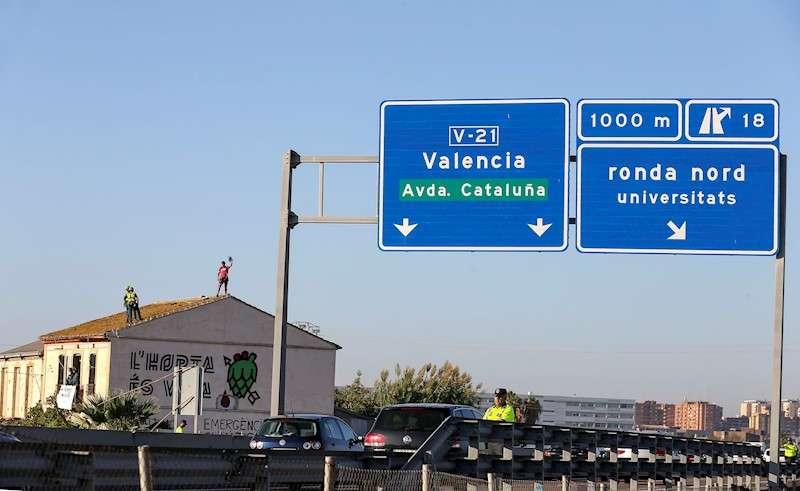Dos personas que se han encaramado al tejado de la alquería han impedido por el momento que esta mañana se haya iniciado el derribo de Forn Barraca, en el término de Alboraia, como paso previo para la ampliación de la autovía V-21 de acceso a la ciudad de Valencia desde el norte. EFE