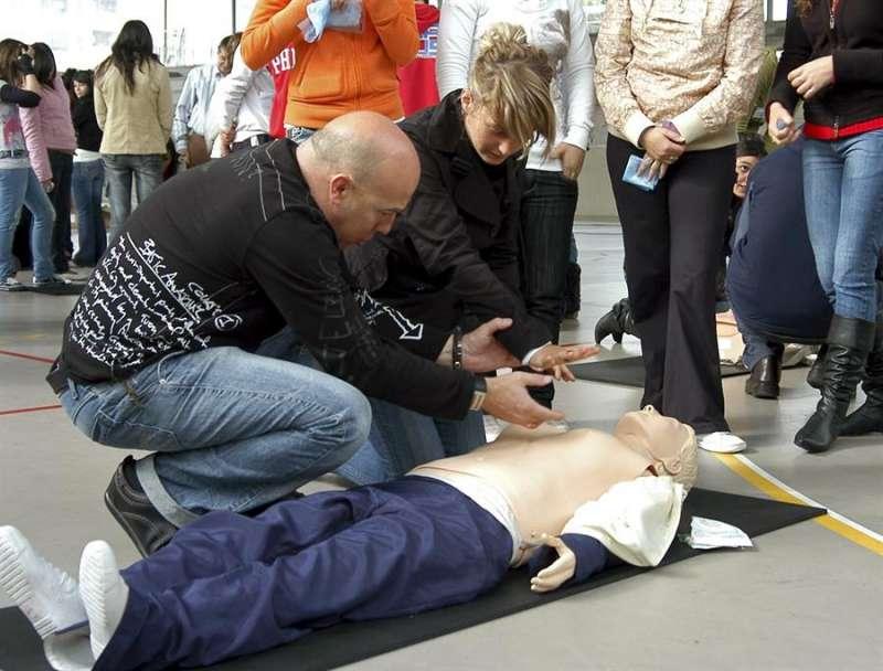 Varias personas durante un taller de aprendizaje de técnicas de reanimación cardiopulmonar. EFE