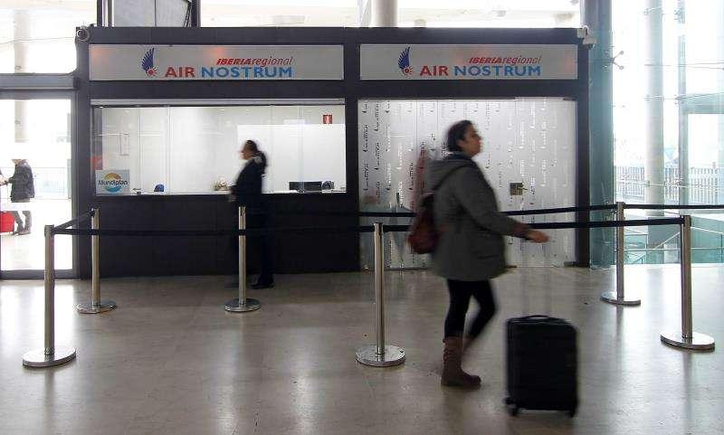 Una persona pasa ante el mostrador de Air Nostrum hoy en el aeropuerto de Manises. EFE