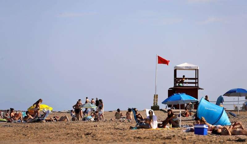 La bandera roja, que prohíbe el baño, sigue ondeando en La Pobla de Farnals. EFE