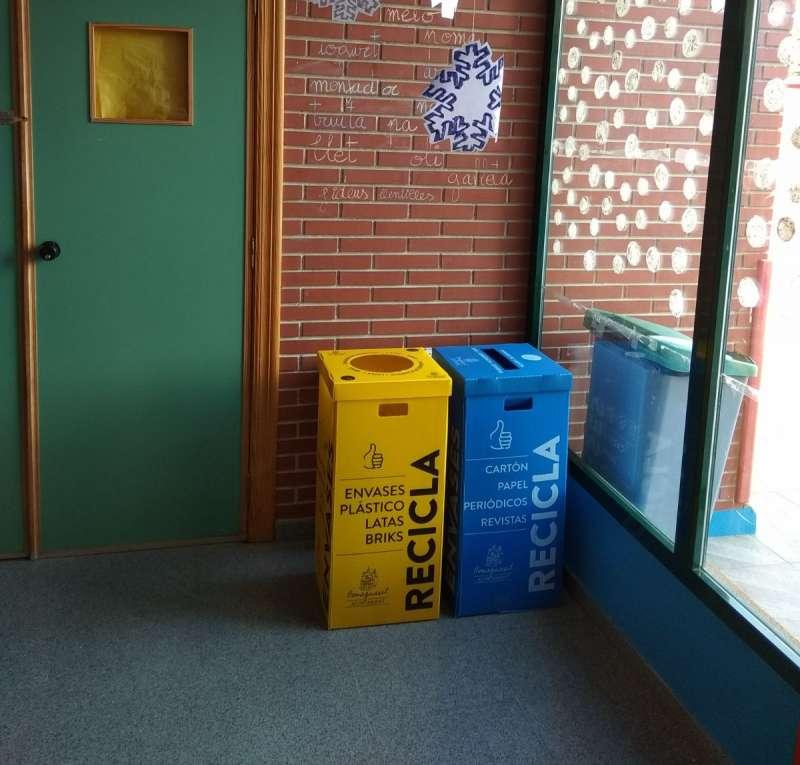 El Ayuntamiento instala papeleras para el reciclaje en edificios públicos y centros escolares
