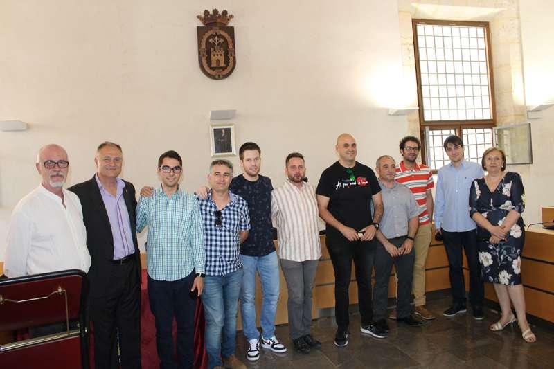 Las autoridades de Llíria con estudiantes reconocidos. EPDA