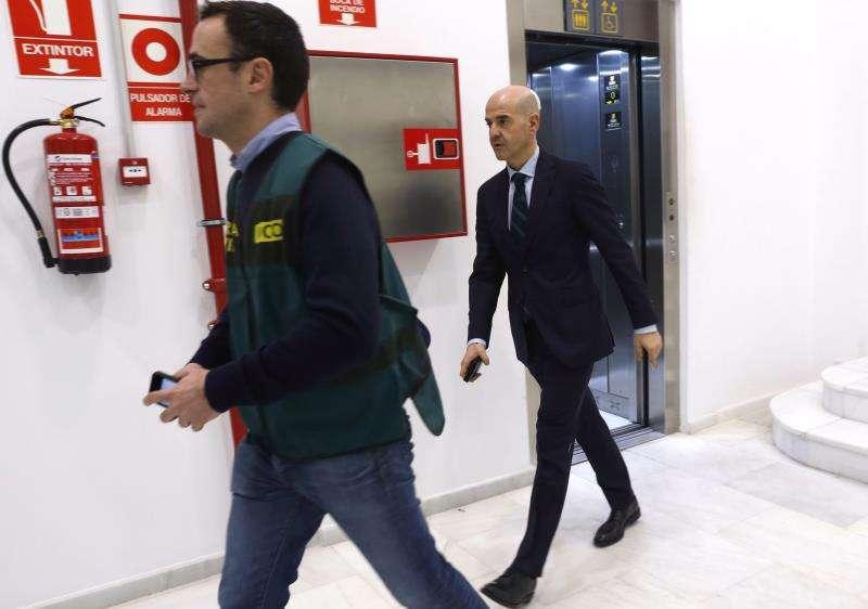 El fiscal delegado de Anticorrupción Pablo Ponce durante un registro relacionado con el caso Imelsa. EFE/Archivo