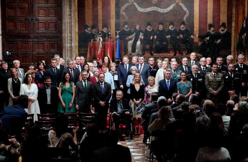 El presidente de la Generalitat, Ximo Puig, miembros del Consell y premiados durante la foto de familia tras el acto institucional del 9 d