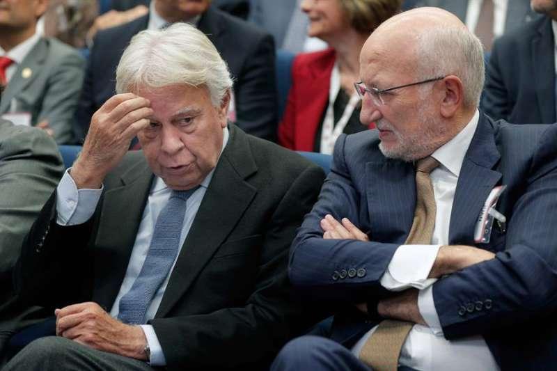 Felipe González (i) en la imagen, junto al presidente de Mercadona, Juan Roig (d). EFE/Kai Försterling