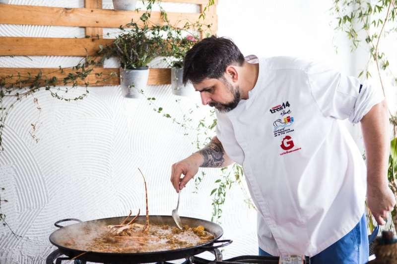 El cocinero Jaume Pinet preparando un plato. -EPDA