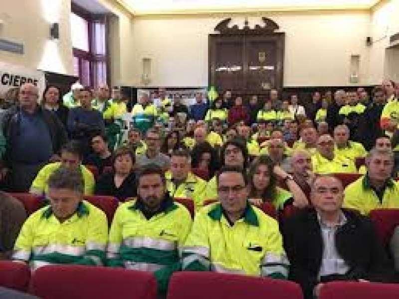 Trabajadores de LafargeHolcim en un pleno de Sagunt. EPDA