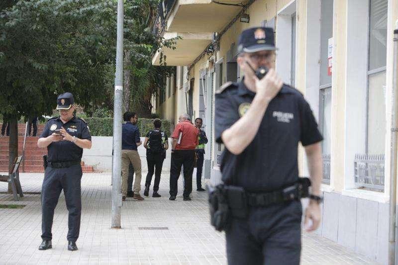 Agentes de Policía ante la vivienda donde una mujer de unos 36 años, embarazada y de nacionalidad rumana, ha aparecido muerta. EFE