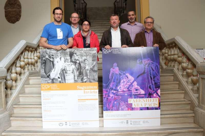 El alcalde y concejales con los carteles de los dos actos que abrirán el programa de Sagunt como Capital Cultural Valenciana 2018-2019. EPDA