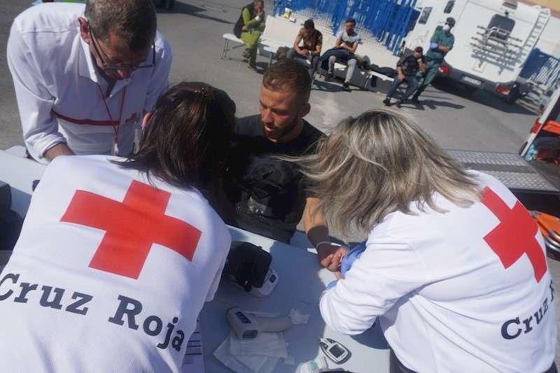 Cruz Roja atiende a los inmigrantes llegados hoy en patera al puerto de Alicante, en una imagen de la organización humanitaria.