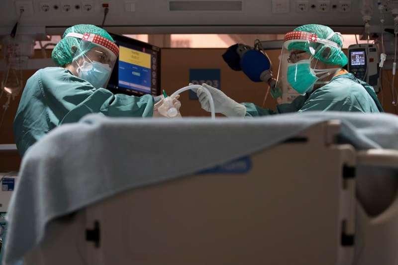 Dos profesionales sanitarios trabajan en la UCI EFE/Alberto Estévez/Archivo