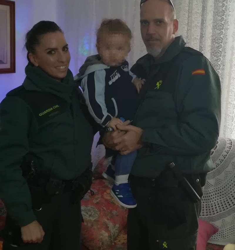Los Guardias Civiles que auxiliaron al niño. EPDA