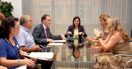 La consellera Mª José Català en reunión esta mañana con las principales entidades que promueven la custodia compartida. Foto: EPDA