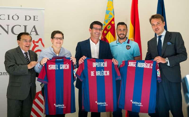 Jorge Rodríguez, la diputada Isabel García y el presidente del Levante UD, Quico Catalán